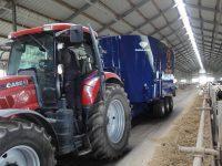 Wóz paszowy ciągnięty traktorem