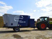 Wóz paszowy Evolution PRO 21 ciągnięty ciągnikiem rolniczym