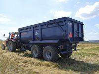 Ciągnik rolniczy z rzyczepą monolityczna